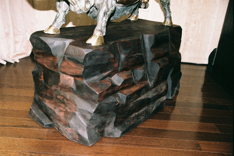 Lesen podstavek za bronasti kip