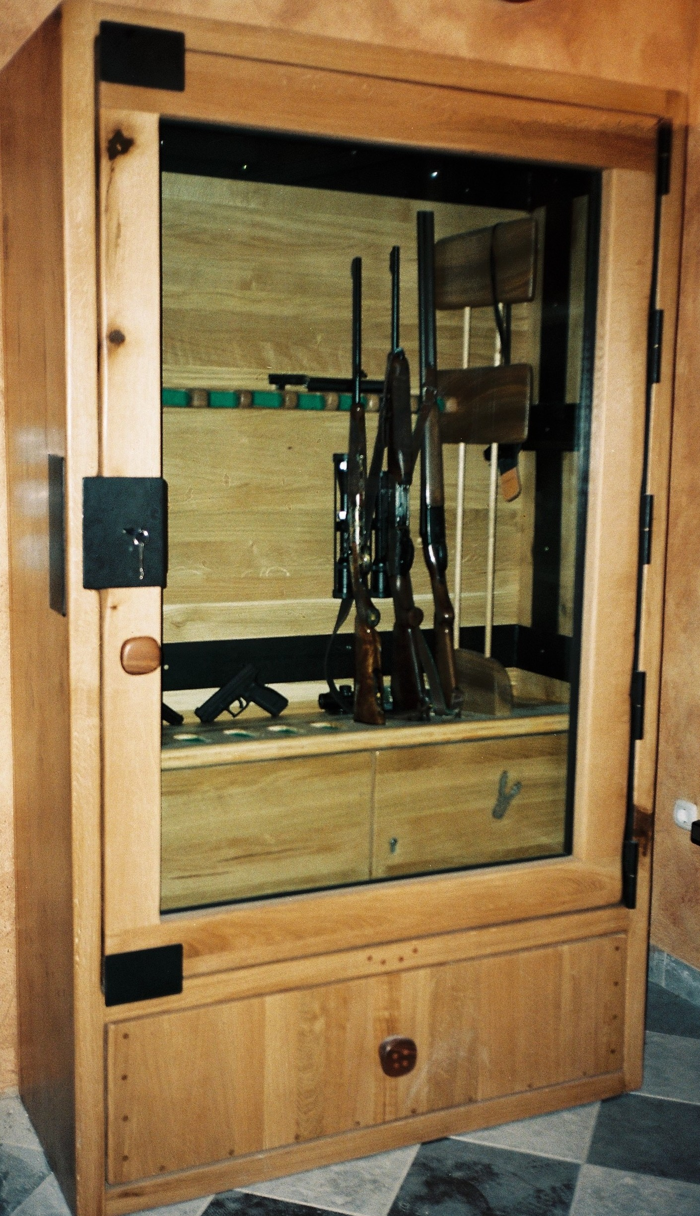 Trezor za orožjeWeapons safe box